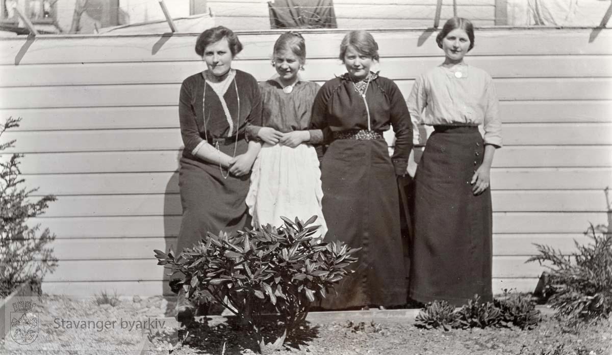 Mary Sandstøls venninner i hagen