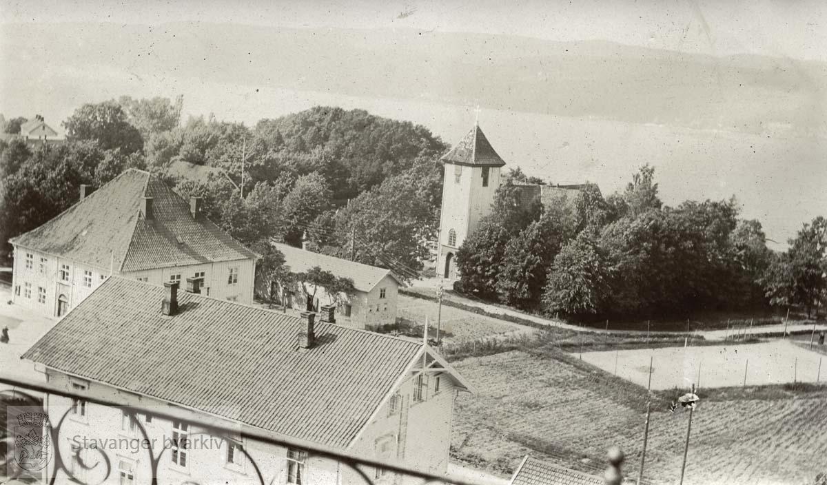Kirka og stasjonen i Drøbak fotografert ovenfra