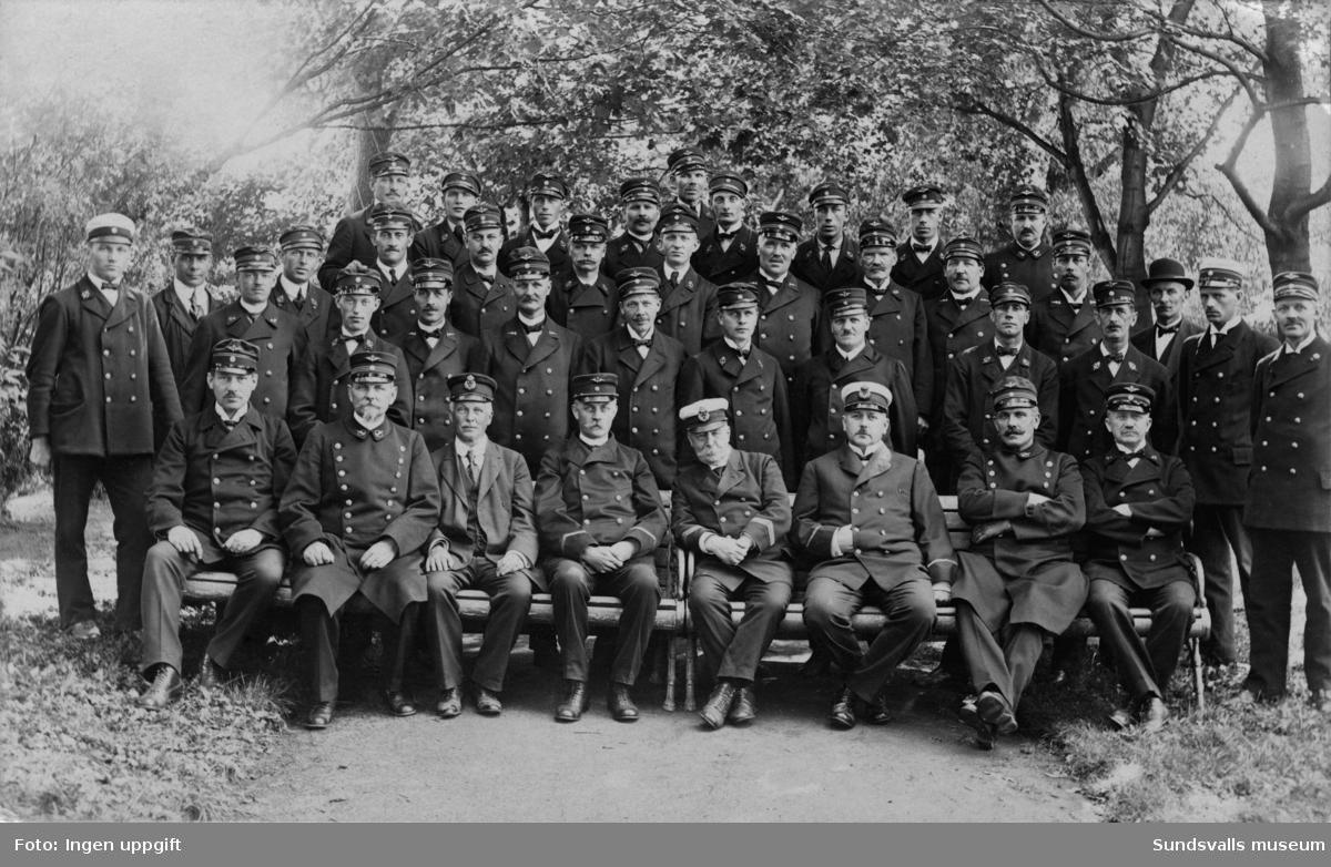 Gruppbild med personal från gamla järnvägstationen (nuvarande Kasinot 2019).