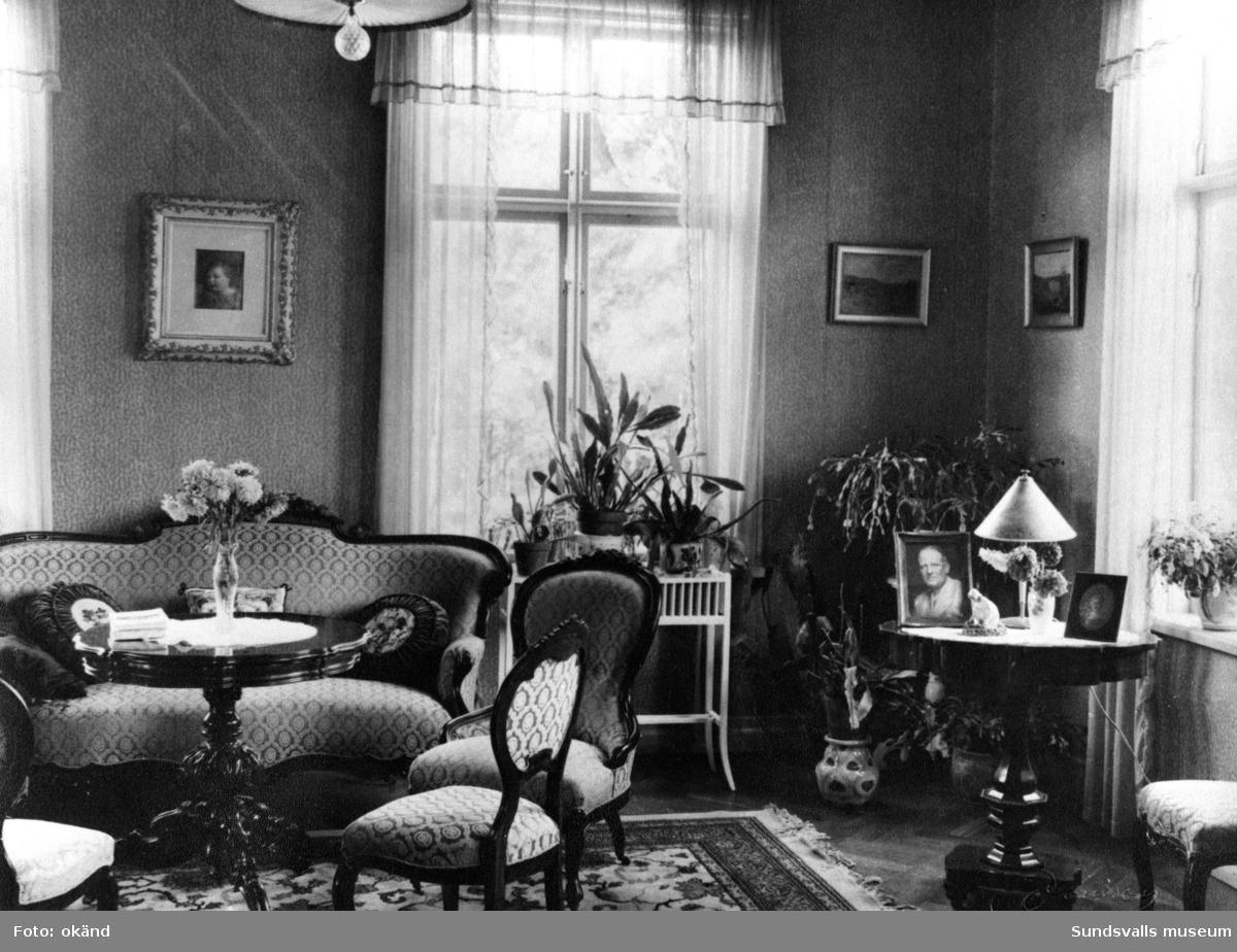Interiörer från Bergsåkers gård. Fotografier hämtade ur album från gården.
