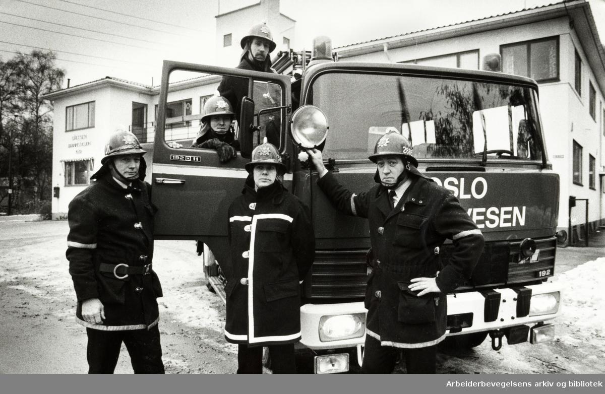 Grefsen brannstasjon. Fra v.: Kjell Hoff Johansen. I døra nederst, Odd Arne Lande og brannmester Olav Tomte, Jon Yngvar Guttormsen og Jan Westlie. November 1981