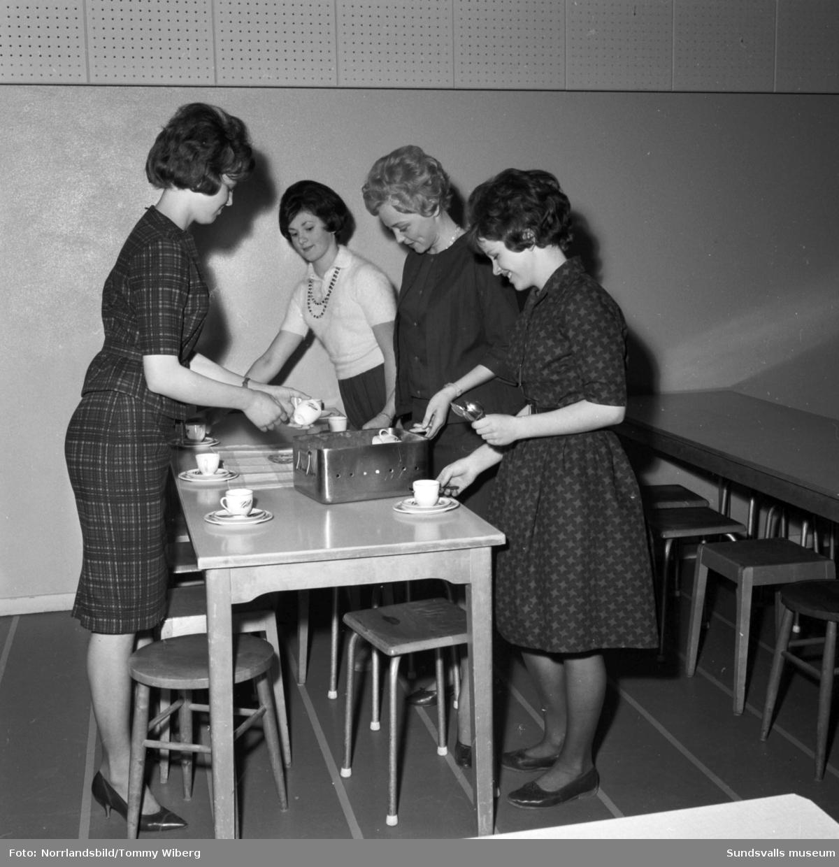 Föräldramöte på Hagaskolan, fyra mammor dukar kaffebordet.