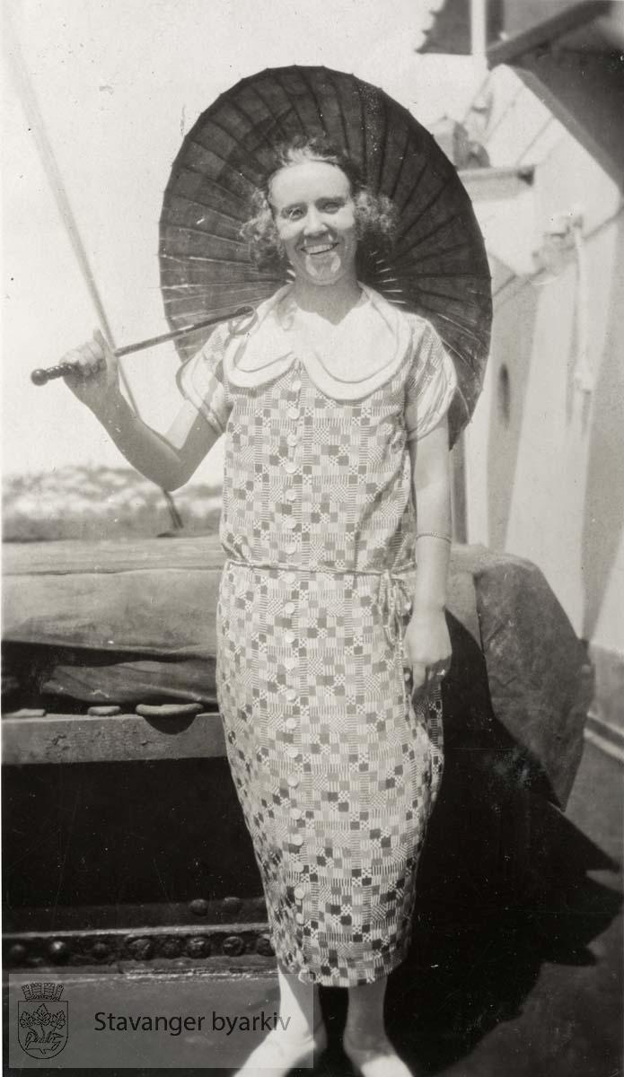 Dame med parasoll, smårutet kjole