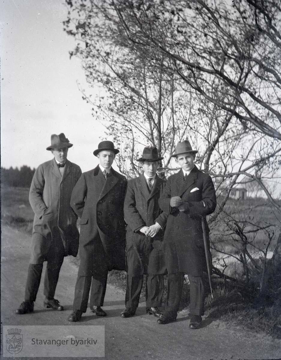 Fire menn på en vei