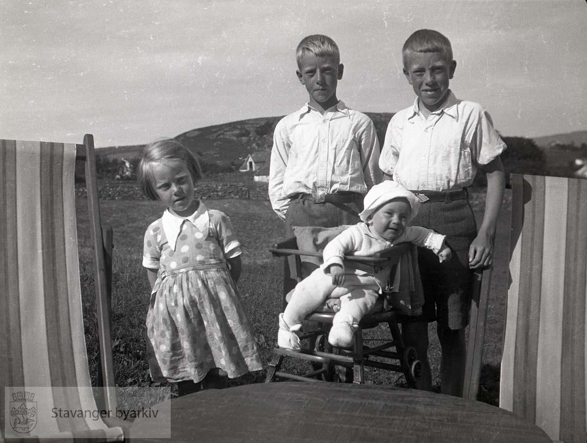 Søsknene Iversen:.Bjørg til venstre, Jan Christian og Per bak, Oskar Andreas i barnestolen.