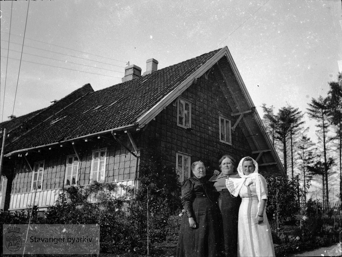 Tre kvinner ved Holmeegenes..Fra venstre: Birgitte Hansine Pedersen, Olena Pedersen (?) og Ingerid Pedersen (?)