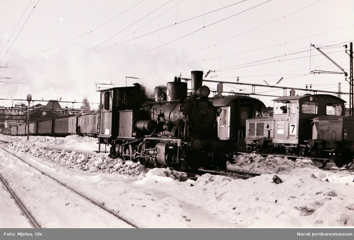 Damplokomotiv type 25d 424 i skiftetjeneste på Oslo Østbanestasjon.