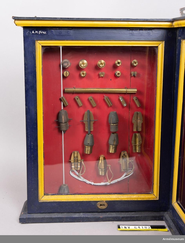 Grupp F II. Till framladdningakanon m/1863. Framställt under olika stadier av tillverkningen, i monter. 28 delar.