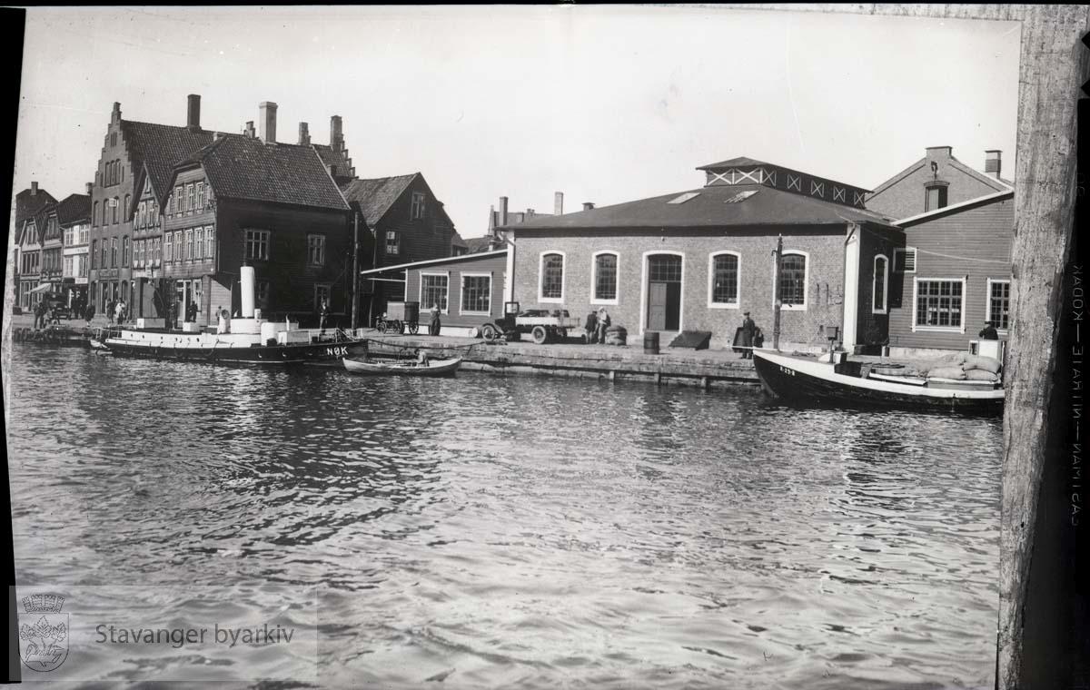 """Slakthuset.Slakthuskaien på Kjeringholmen / Kjerringholmen .Stavanger kommunale Slakteanlegg.Brannskuta """"Nøk"""" til venstre.Nøkk"""