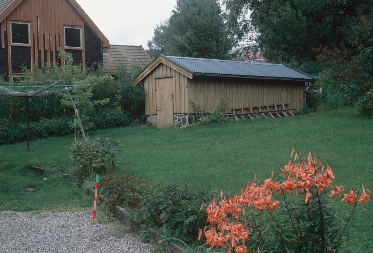 Lillehammer.  Hagen og uthuset tilhørte Morterudvegen 18A.  og 14 (brunt).  Den brune boligen var Morterudvegen 14.  Begge ble revet for å få plass til tunnel for Mesnadalsarmen og etterpå erstattet med nye bygg.  Hage.  Sett mot nord.