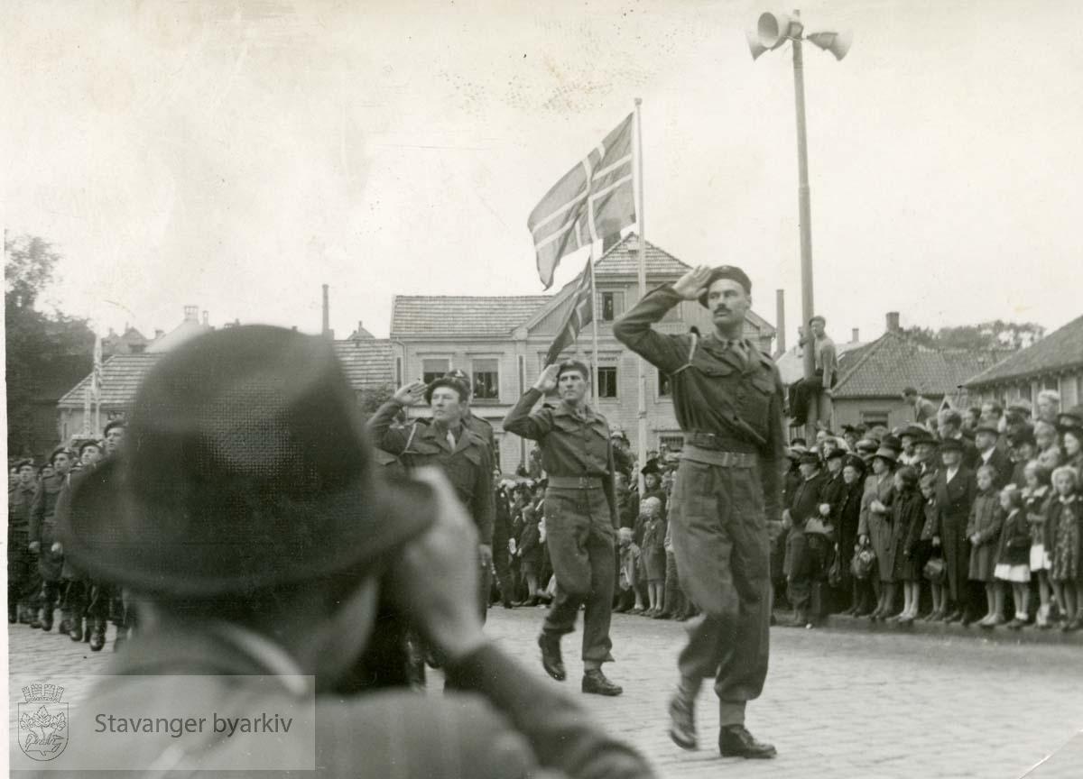 Fra frigjøringsdagene..Romsøe i bakgrunnen.En mann fotograferer i forgrunnen. .Frigjøringen.Fredsdagene 1945