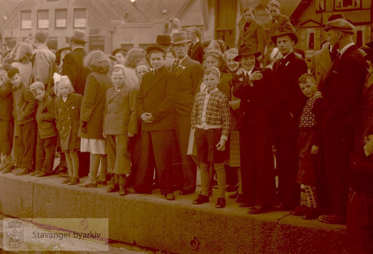 .Tilskuere til rokonkurranse i Vågen.