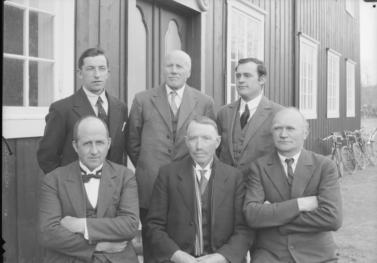 Lærere ved Hjerleids Minne ca 1936. Fra venstre første rekke Thorvald Schanke, Ola Lillevik og Iver Øyen. Bak fra venstre Ola Johnsrud, Ragnvald Einbu og Helge Hovrud
