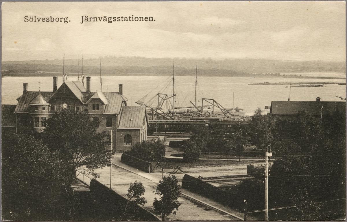 Vy på station och hamnområde vid Sölvesborgsviken.