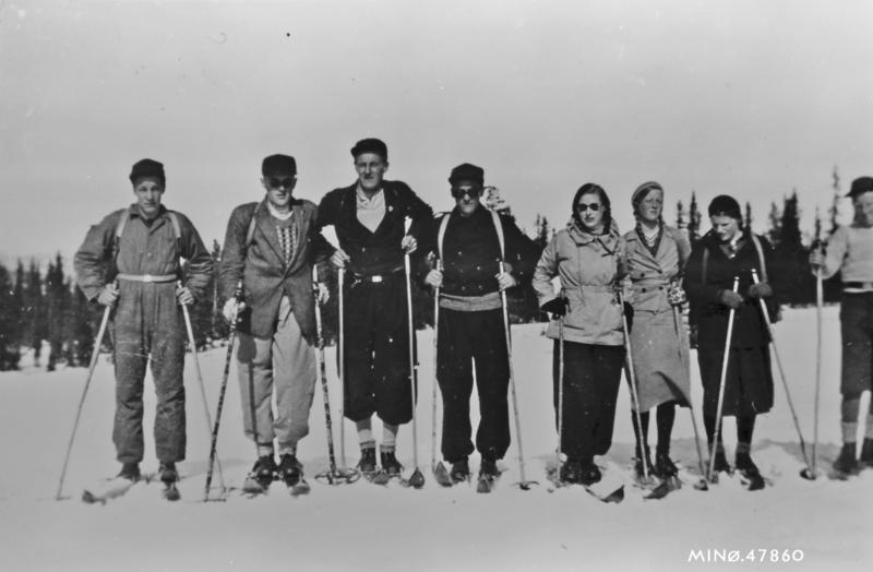 Påskeutfart. Fra v. : Arne Fosseng, ukjent, Trygve Rønningen, Asgeir Fosseng, ukjent, Else Åslund (Olsen), Astris Atneosen (Trønnes), ukjent. Ca.1945. Fotograf ukjent.