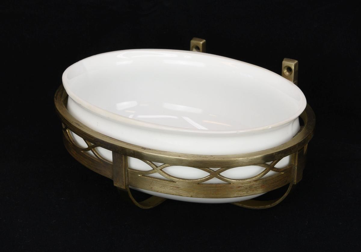 Oval tvålkopp i vitt opakt glas (:4) med en förgylld hållare av järn (:5).