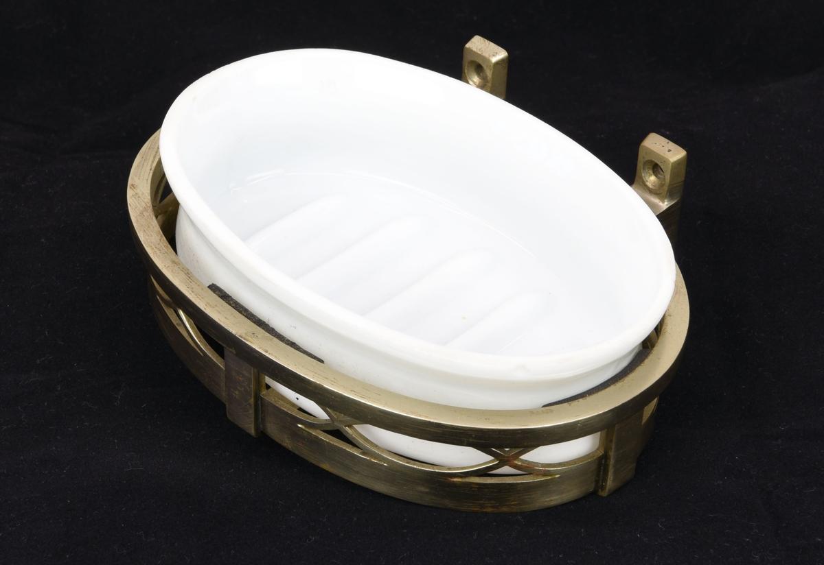 Oval tvålkopp i vitt opakt glas (:6) med en förgylld hållare av järn (:7).