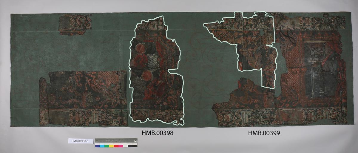 Barokk. Gjenstanden er montert opp sammen med andre tapetfragmenter på HMB.00938-3.