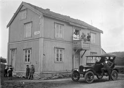 Leirfjord, Leland, Nedre-Leland. Utenfor Tippen kafé. Bil me