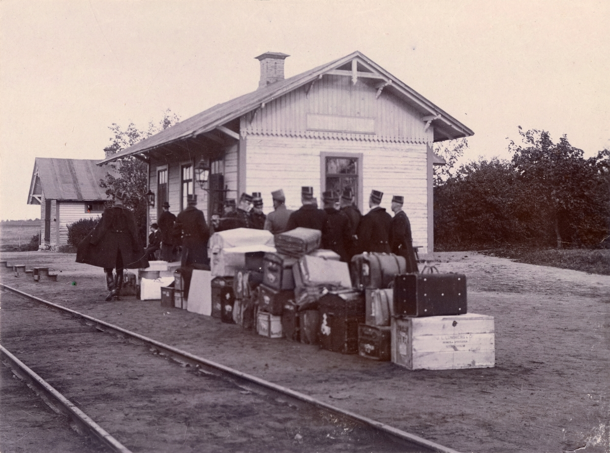 Soldater vid järnvägsstation.