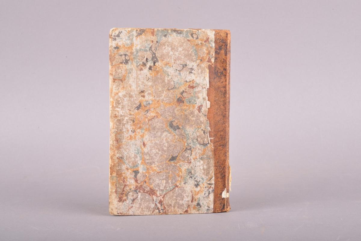 Innbudet bok. Boken er et halvbind med lyst brunt skinn på bokryggen. Marmorert omslag med gule, blå og røde farger. Trykte svarte bokstaver i frakturskrift på hvitt (gulnet) papir.