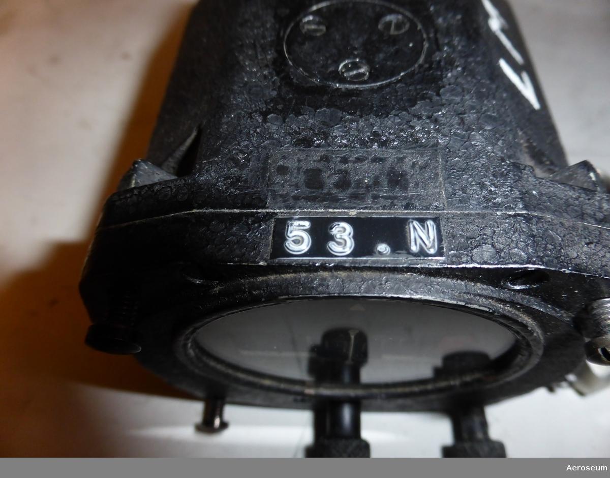 """Ett horisontgyro och ett kursgyro från en Allouette III. Båda är tillverkade av Badin. I lådan av pappkartong som de förvaras i finns det även två lappar där det står om en visuell undersökning och funktionsprov av dem. Utöver de två instrumenten finns det även en koppling i metall, som troligen tillhör något av instrumenten.  Visuell undersökning och funktionsprov av horisontgyrot: """"Visuell undersökning: utan anmärkning utvändigt (3 monteringsskruvar) Funktionsprov: Fastnade vid start Höger 90° Något högre rotor Ljud Själper vid utlöpning ev tröghet i pitch fungerar i övrig utan anm kan behöva rengöring av klaffsystem sam smörning av upphängnings lager"""" (från medföljande papperslapp)  Visuell undersökning och funktionsprov av kursgyrot: """"Visuell undersökning: Utvändigt utan anm Tre monteringsskruvar tillhör Något seg omställning Roterer efter avstängning. Bra rotorljud"""" (från medföljande papperslapp)."""