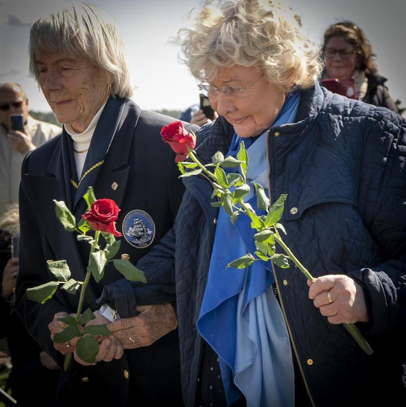 Enkene legger ned roser ved Krigsseilermonumentet