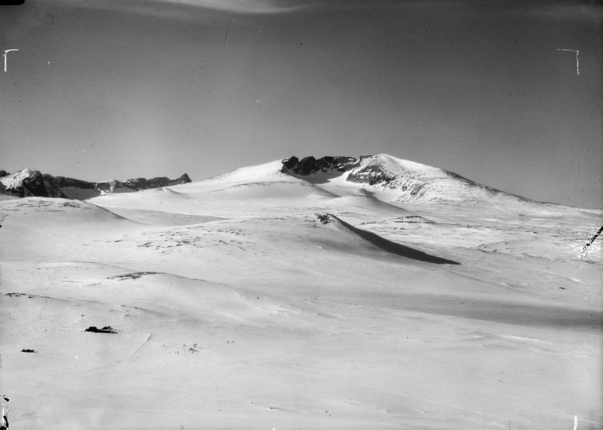 Dovrefjell med utsikt over vinterlandskap med Snøhetta midt i bilde