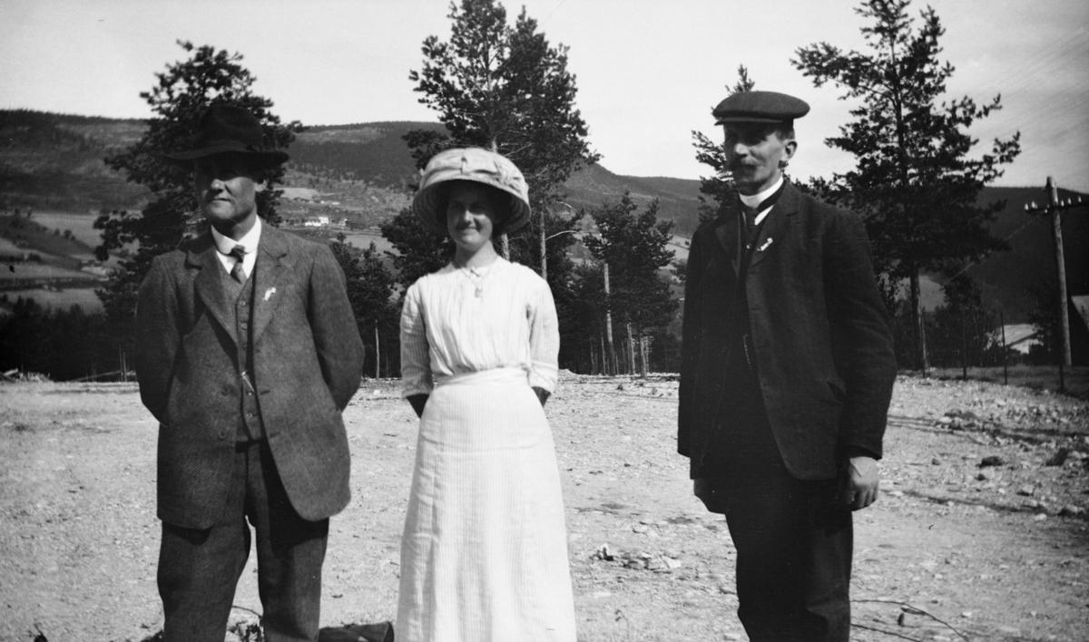 Gruppebilde av en kvinne og to menn
