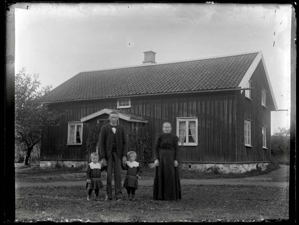 Tomtes Anders och Alida i Krusegården med barnen