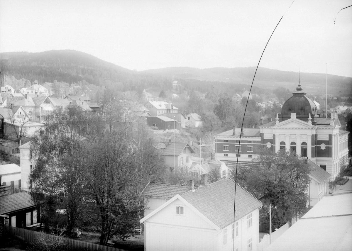 Kvartalet nord for og ved Lillehammer Sparebank, senere kalt Kulturhuset Banken - Kirkegata 51 i forgrunnen