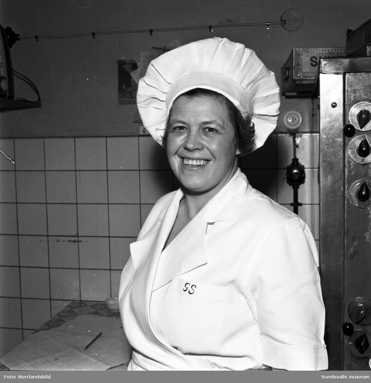 Centralhotellet, två bilder på anställda. Första bilden är en kvinna i kallskänken och bild två en man i kockmössa på innergården vid den tidens sopsortering, med exempelvis tunnor för grismat.