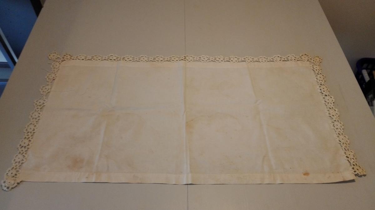 Form: Rektangulær 1 duk.  Giver/bruksstad og produksjonsstad ukjend.