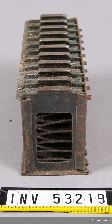 Grupp E V.  Laddram med 6,5 mm kulsprutepatroner. Av obekant modell. Femtio patroner i ramen.  Magasinet med 50 patroner är till en 6,5 mm kulspruta m/1914 Fiat-Revelli, Italien. Patronerna är 6,5 mm Manlicher-Carcano patron m/1891. 2019-10-31 EW