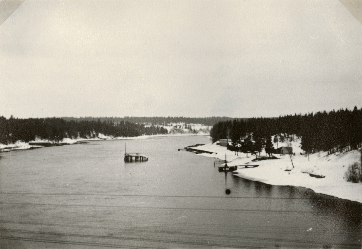 """Text i fotoalbum: """"Studieresa med general Alm till Finland 1.-12. mars 1939. Finska pibat övningsplats vid Koria, Kymmeneälv."""""""