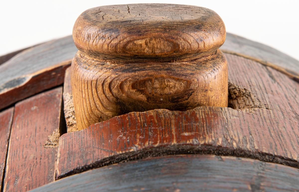 """Acc.kat. Spann för dricka, rödmålad, blå tapp, märkt 1789.  Lappkort; Mjölkflaska, spann, laggad och med två träband. Ekträ. Formen närmast rundat tresidig. Järngrep. Trätapp upptill i sprundhål. Röd och blå färg. Ristat på sidan """"1787""""."""