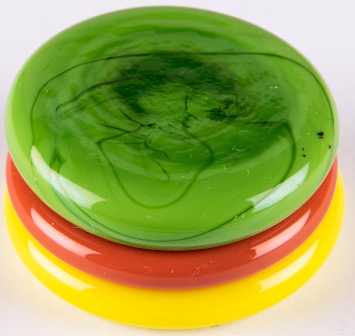 Skulptur, Småkaka, i kristall.Tre cirkelrunda ihopfästade plattor i gult, rostbrunt och grönt. Orrrefors glasbruk, design Gunnar Cyrén. Graverat på undersidan ORREFORS 654-68.