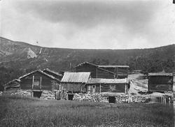 Repro: Gardstun, hus, fjøs, Øygarden slik den stod i Skjåk 1