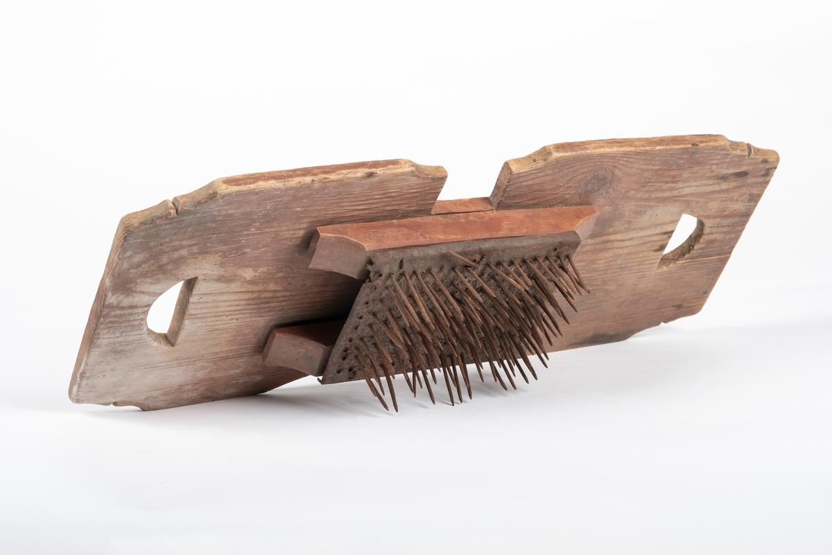 Kantene er dekorativt skåret til (enkle hakk og innsving)