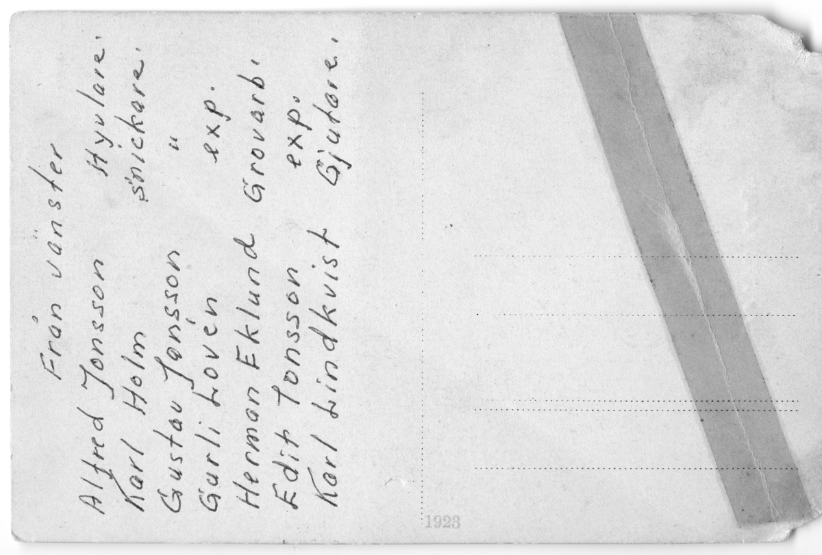 Baksidan till fotografiet AKF-07223 föreställande Konsums styrelse i handelsboden i Gunnarsdal vid Arboga Mekaniska Verkstad. Fotografiet är gjort som ett vykort.