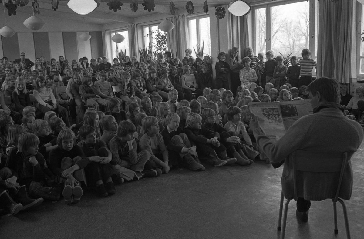 Arbetarnas Bildningsförbund, från Västerås, spelar teater i skolan. Elever och lärare i publiken.