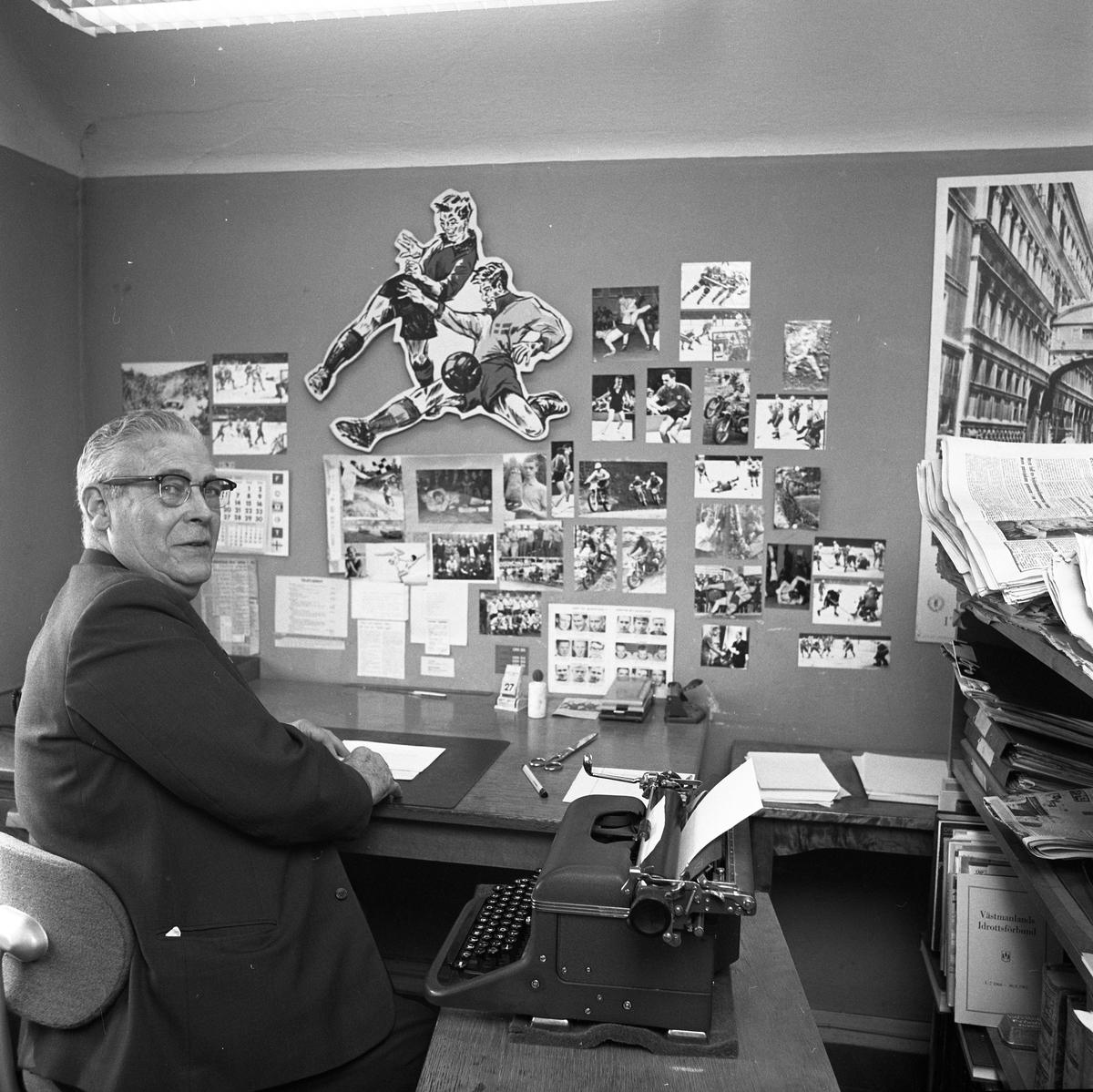 Arboga Tidning, personal och interiör. Sportjournalisten på sitt kontor. Mannen har en skrivmaskin med ett papper i. På väggen, framför skrivbordet, sitter sportfotografier och andra bilder.