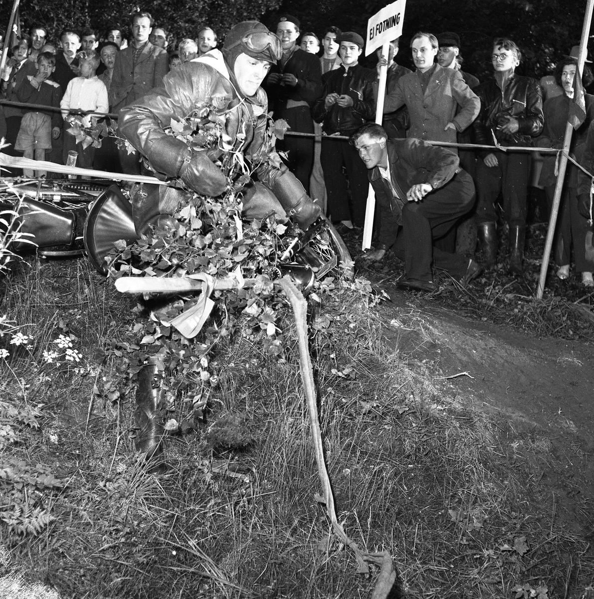 Arbogas Stjärnknutte. Tävling i terrängkörning med motorcykel. Publiken står alldeles intill banan.