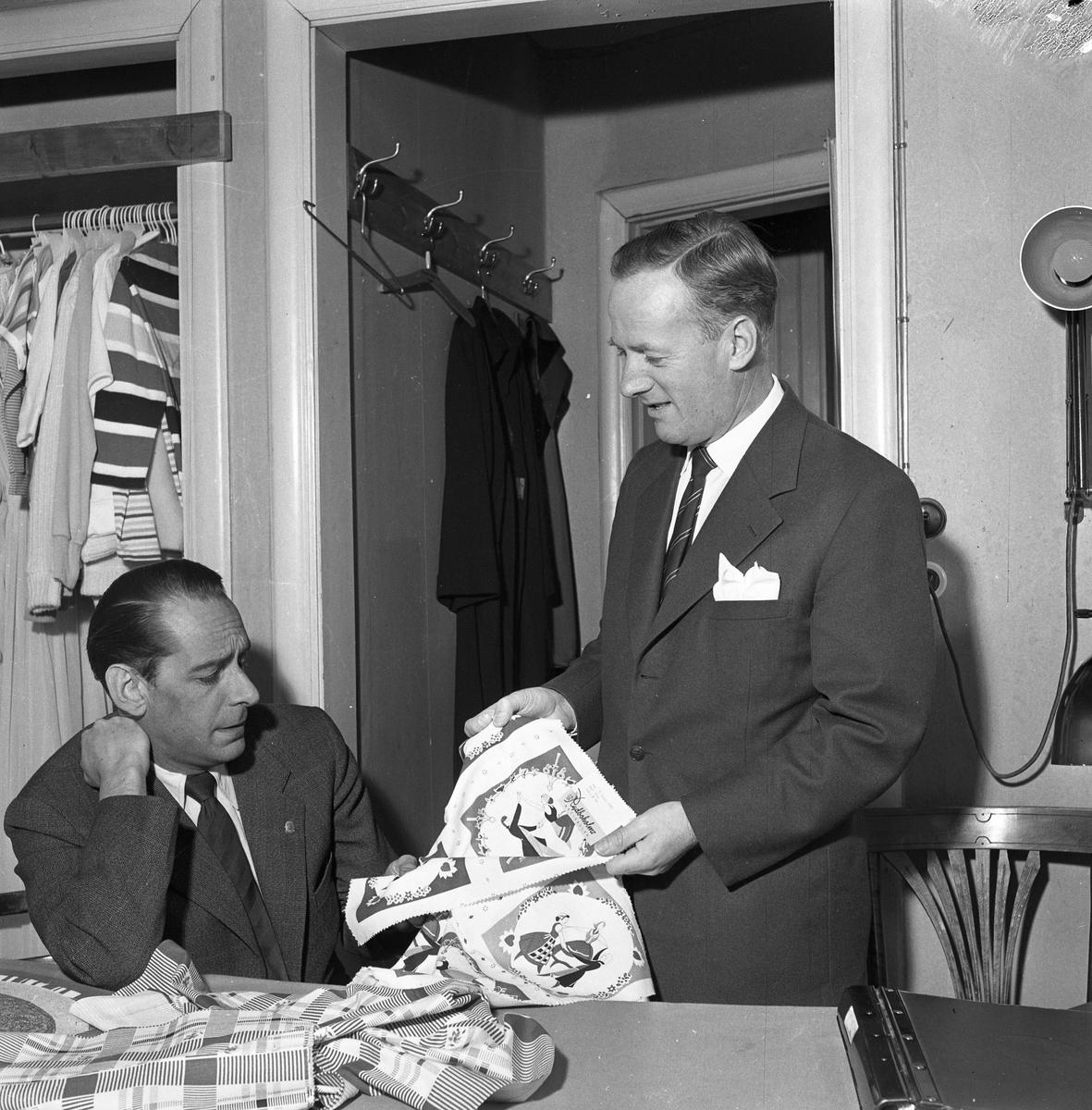 Öhrman & Melander. Interiör. Arne Öhrman (till vänster) har besök av en försäljare.