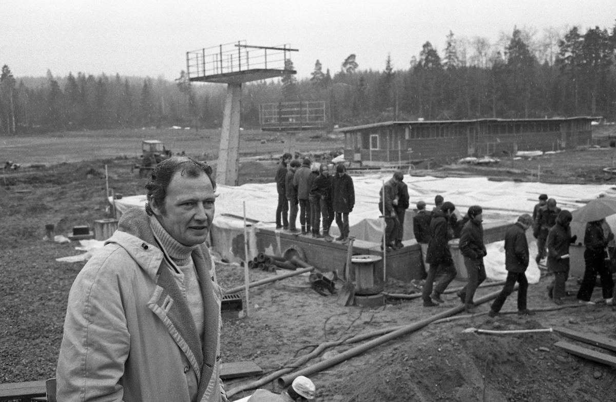 Ekbacksbadet anläggs. Hopptornet på plats. Skolungdomar på besök. Badmästare Esbjörn Eriksson närmast kameran.
