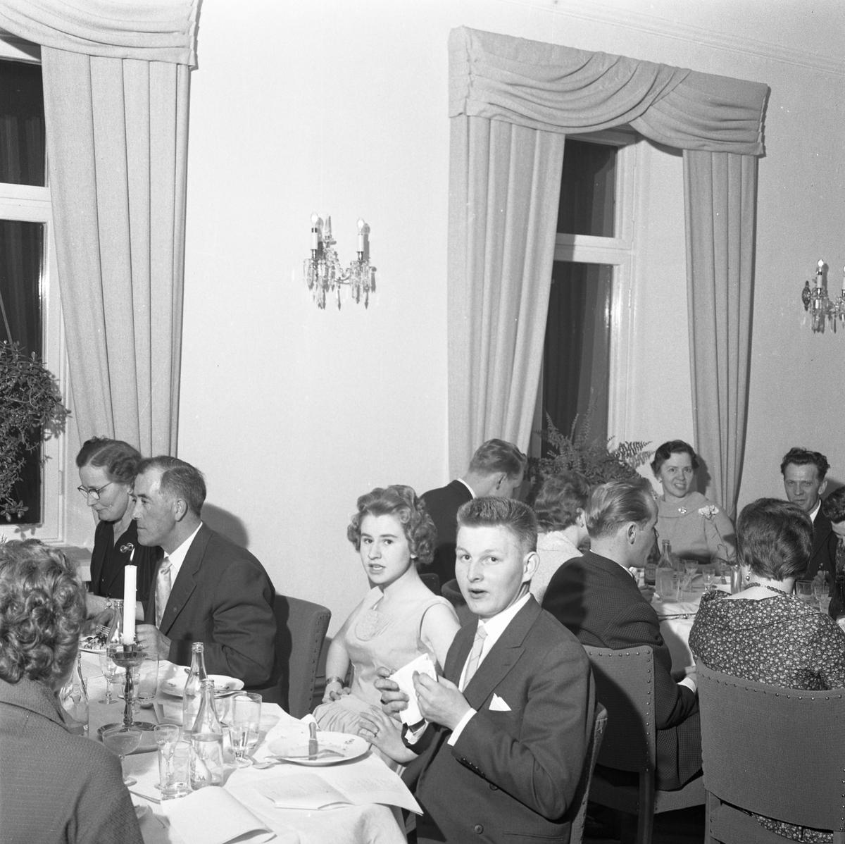 Elektrikerförbundets Arbogaavdelning firar jubileum. Män och kvinnor intar en måltid vid dukade bord. Mannen som ser in i kameran, är Johansson från Medåker.