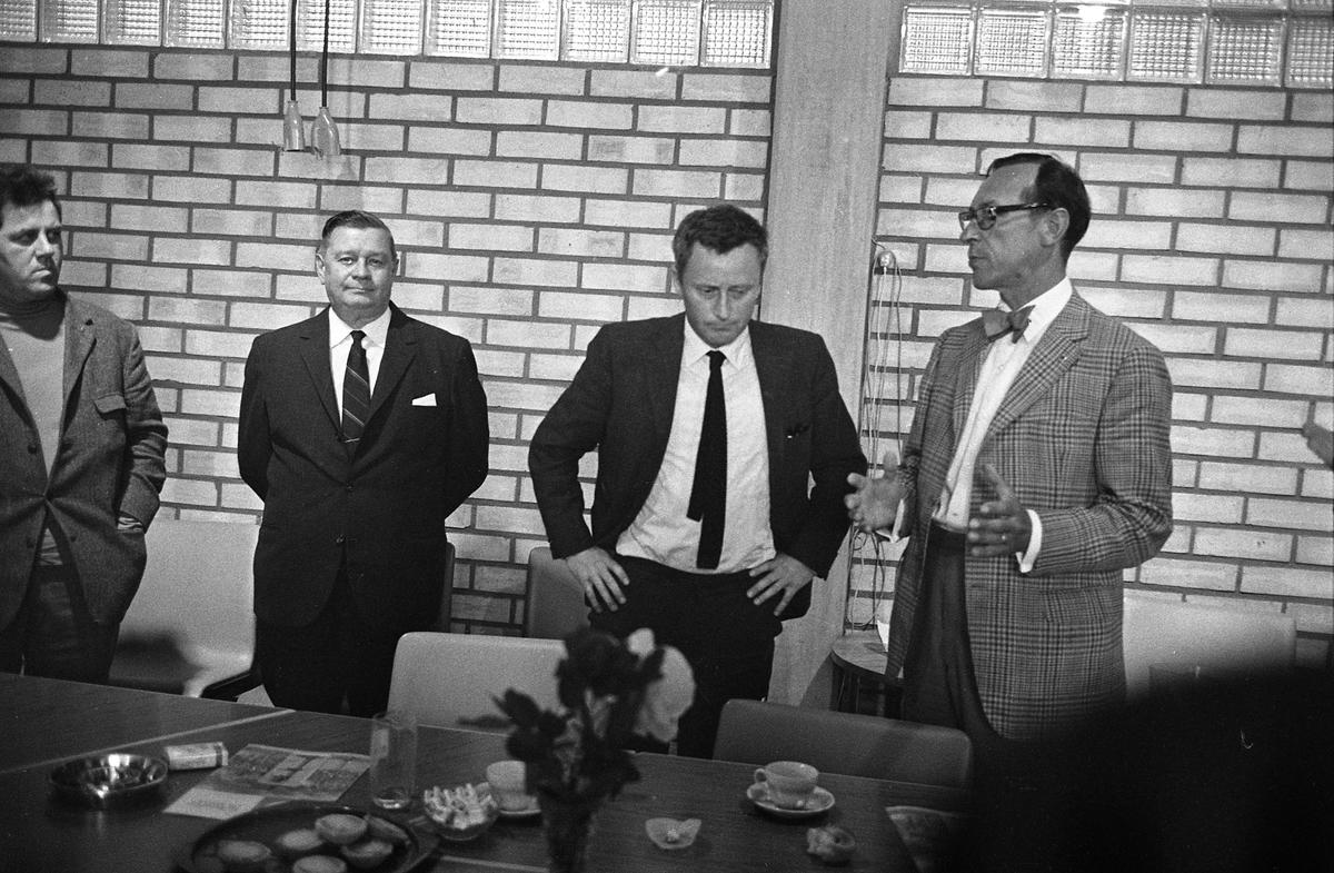 Arboga Maskiner har besök av handelsminister Kjell-Olov Feldt. Från vänster: Torbjörn Harlin, ombudsman för fackförbundet Metall, okänd, Kjell-Olov Feldt och Hroar de la Cour, VD för Arboga Maskiner
