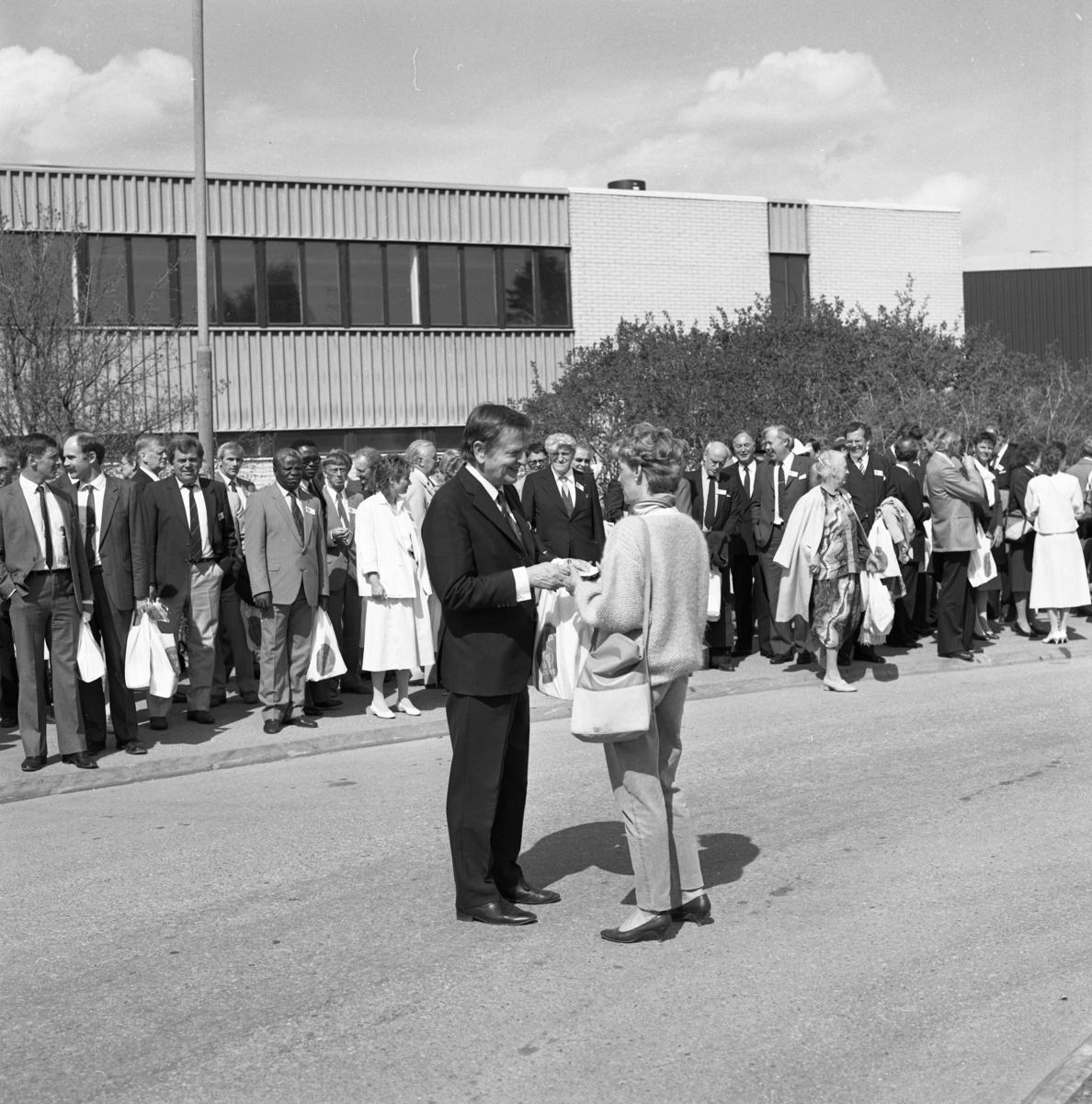 Statsminister Olof Palme. Riksdagsjubileet 1985. Höga politiker gästar Arboga för att delta i 550-årsminnet av Sveriges första riksdag. Här har besökarna ätit lunch.