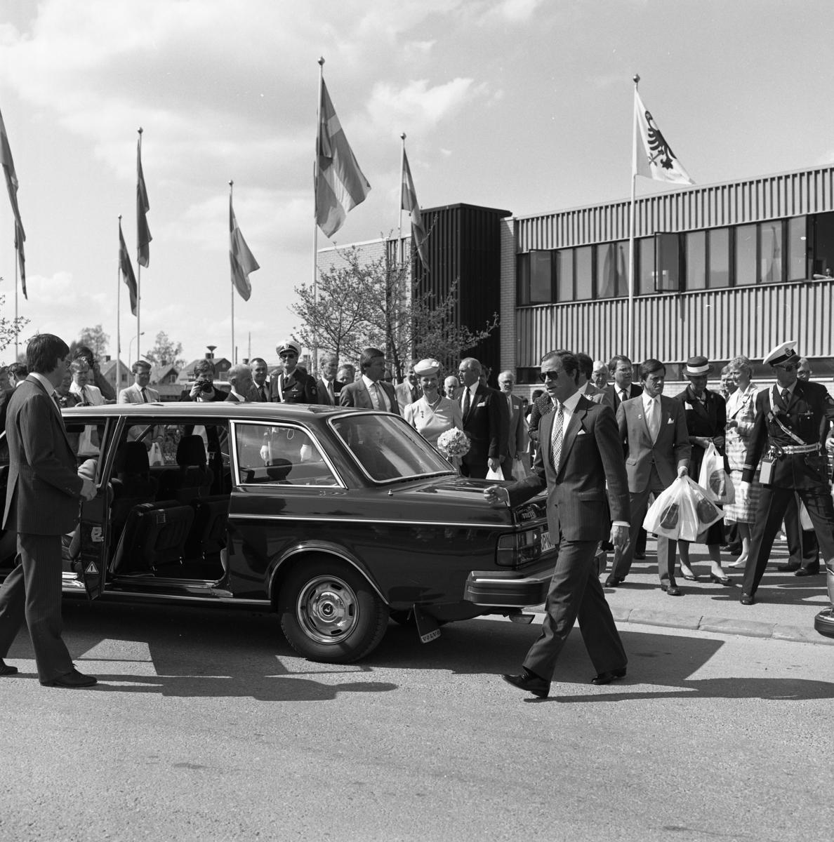 Riksdagsjubileet 1985. Lunchen är avslutad och kungaparet kliver in i bilen. Bertil Karlsson står vid passagerardörren (på bortre sidan). Polismannen, på andra sidan bilen, kan vara Georg Widén. 550-årsminnet av Sveriges första riksdag firas i Arboga. Många höga politiker, och utländska gäster, besöker Arboga denna dag.