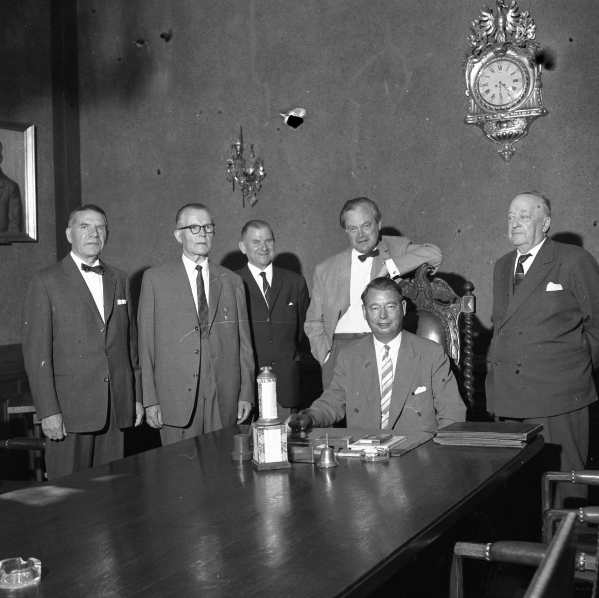 Styrelsen för Arboga-utställningen 1935 har 25-årsjubileum. Från vänster: Rudolf Ruster, Iwar Andersson, Bertil Post, Per Bohlin, Sven Lind (sittande) och Gösta Reuterswärd De befinner sig troligen på Rådhuset. (Om du söker på Arbogautställningen får du se många bilder därifrån)